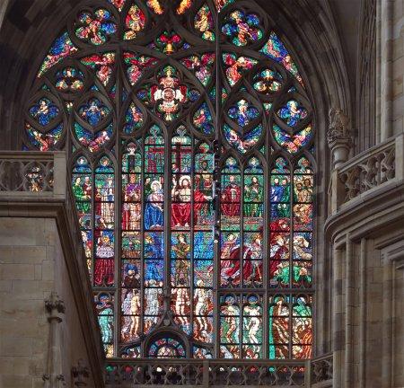 Photo pour Peintre Art Nouveau Alfons Mucha Vitrail dans la cathédrale Saint-Vitus, Prague, République tchèque - image libre de droit