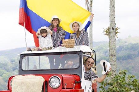 Photo pour Portrait de famille heureuse, père, mère et leurs enfants s'amusant à l'extérieur - image libre de droit
