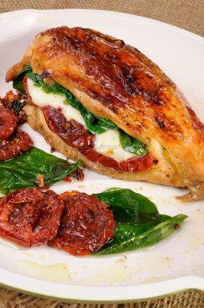 Photo pour Poitrine farcie aux tomates séchées, mozzarella, épinards - image libre de droit