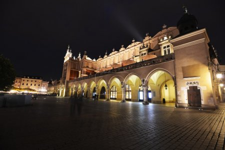 Photo pour Bâtiments historiques sur la place de la ville éclairés la nuit - image libre de droit