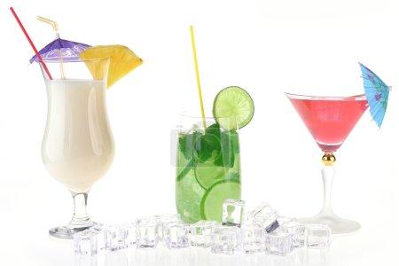 Photo pour Collection de boissons cocktail dans des gobelets spéciaux - image libre de droit