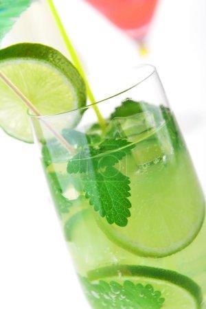 Photo pour Cocktail en verre et des cubes de glace - image libre de droit