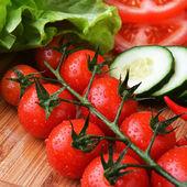 čerstvá zelenina na dřevěné pozadí