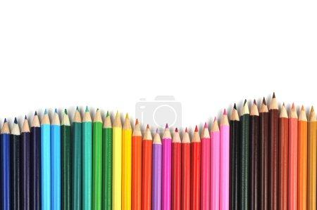 Photo pour Crayons de couleur en rangée sur fond blanc - image libre de droit