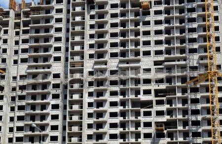 Photo pour Nouveau gratte-ciel immeuble moderne construction en cours ob lumineux ensoleillé jour vue de face horizontale - image libre de droit