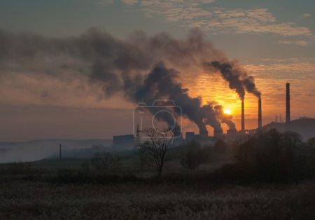 Photo pour Tuyau d'usine polluant l'air, problèmes environnementaux - image libre de droit