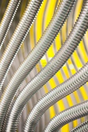 Photo pour Corrugation tuyaux métalliques fond abstrait - image libre de droit