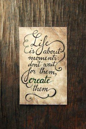 Photo pour Vintage fond typographique avec des citations de motivation en couleurs rétro avec éléments calligraphiques - image libre de droit