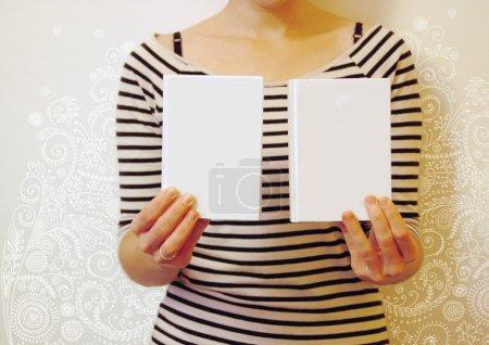 Photo pour Fille tenant deux livres avec couvertures vierges - image libre de droit