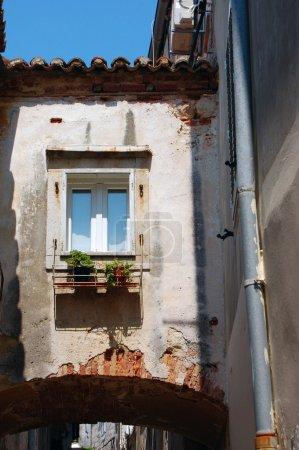 Détail de la façade du vieil édifice avec fenêtres