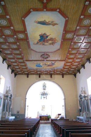 Photo pour Vue intérieure d'une église avec des bancs vides - image libre de droit