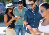 Portrét skupiny přátel, baví se smartphony