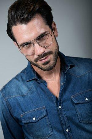 Photo pour Portrait de jeune homme élégant et beau. Studio portrait de mode . - image libre de droit