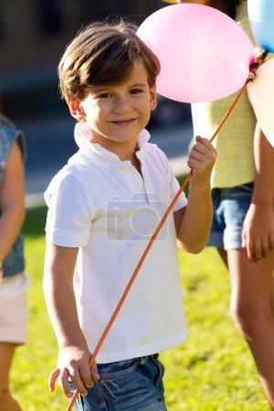 Photo pour Portrait de beaux enfants s'amusant dans le parc . - image libre de droit