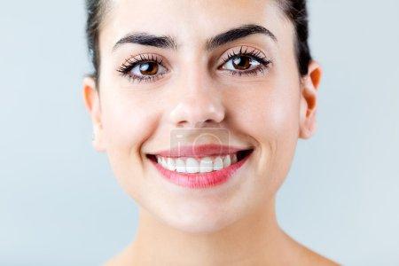 Photo pour Verticale de belle avec le sourire parfait. Isolé sur le blanc. - image libre de droit