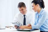 Obchodní lidé pracující v kanceláři s digitálním tabletu