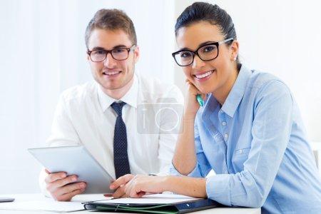 Photo pour Portrait de gens d'affaires travaillant au bureau avec une tablette numérique . - image libre de droit