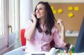 Krásná mladá žena, pracující v její kanceláři