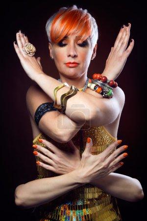Photo pour Portrait de belle femme brune aux cheveux magnifiques . - image libre de droit