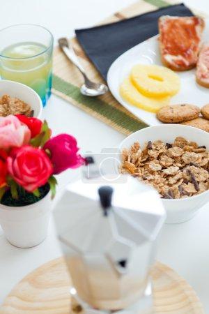 Photo pour Portrait de petit déjeuner continental avec croissants, jus d'orange et café . - image libre de droit