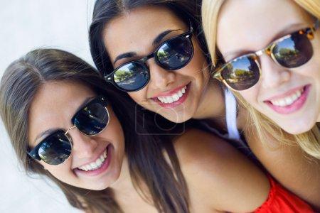 Photo pour Portrait de belles jeunes femmes s'amuser en plein air. - image libre de droit