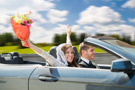 Photo pour Jeunes mariés Jeune couple voyageant dans la voiture - image libre de droit