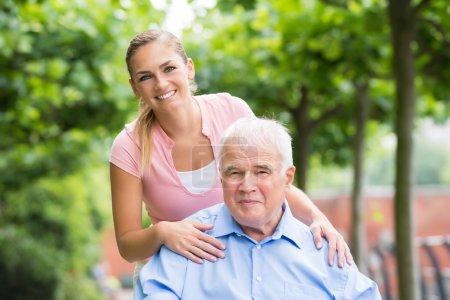 Photo pour Portrait d'une jeune femme souriante avec son père - image libre de droit