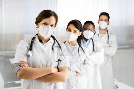 Foto de Médico de atención médica grupo médico en el hospital que usa la máscara facial FFP2 - Imagen libre de derechos