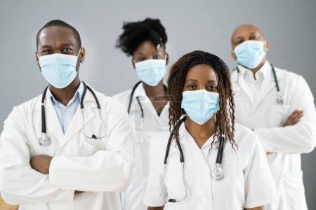 Foto de Médico de atención médica grupo médico en el hospital usando mascarilla facial - Imagen libre de derechos
