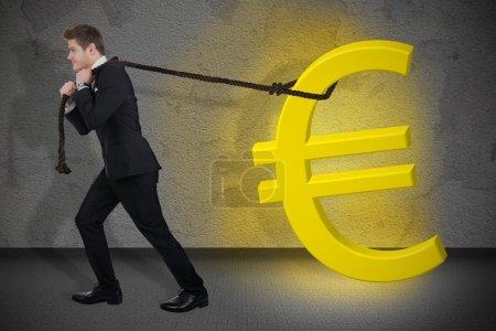 Homme d'affaires déterminé tirant rougeoyante signe Euro