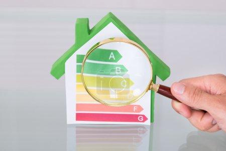 Photo pour Inspecter une nouvelle maison écologique en utilisant une loupe - image libre de droit