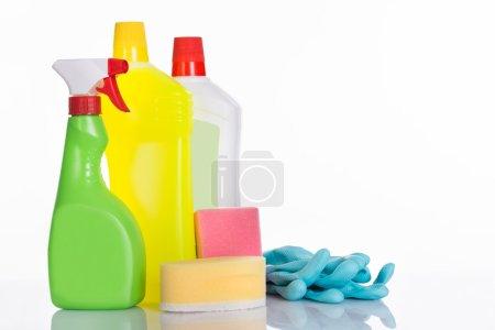 Photo pour Ensemble de fournitures de nettoyage. Isolé sur fond blanc - image libre de droit