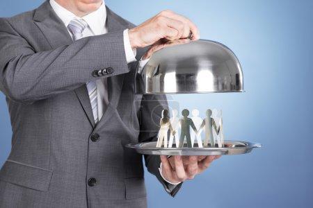 Photo pour Butler tenant plateau et les gens du papier. Sur fond bleu - image libre de droit
