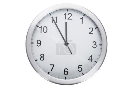 Photo pour Horloge affichage de cinq minutes à douze sur fond blanc - image libre de droit