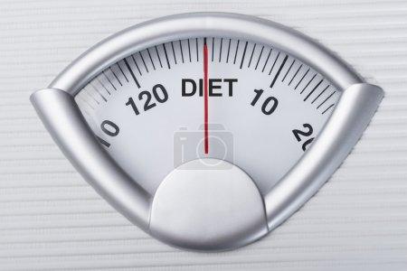 Photo pour Gros plan de l'échelle de poids indiquant le mot Diet - image libre de droit