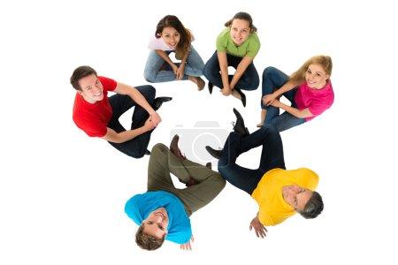 Photo pour Happy Group Of Friends multiethniques, assis en cercle sur fond blanc - image libre de droit