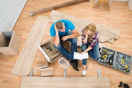 Photo pour Portrait de Couple envisagé avec pièces de meubles démontés dans Maison Neuve - image libre de droit