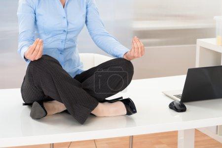Photo pour Gros plan de femme d'affaires, faire du Yoga au bureau - image libre de droit
