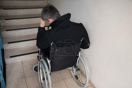 Homme handicapé inquiet