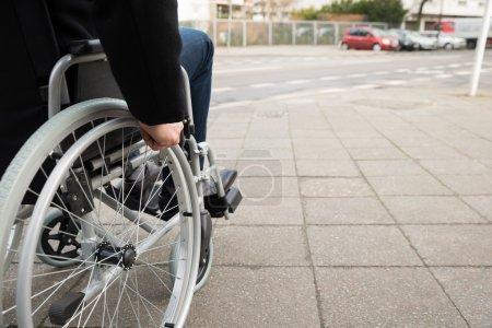 Homme assis sur un fauteuil roulant