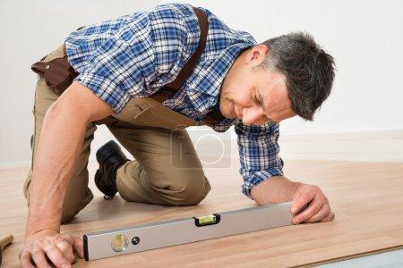 Tischler verlegt neuen Fußboden