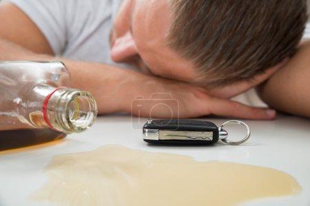 Photo pour Homme ivre avec verre de liqueur et de clef de voiture - image libre de droit