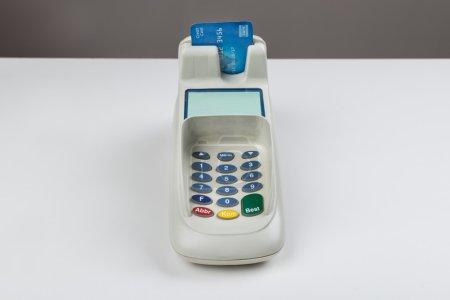 Photo pour Carte de crédit avec un lecteur de carte sur le comptoir - image libre de droit