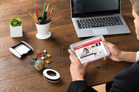 Photo pour Gros plan d'un homme d'affaires lisant des nouvelles en ligne sur son téléphone mobile - image libre de droit