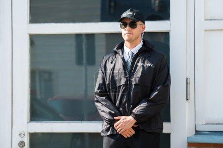 Photo pour Jeune mâle garde de sécurité à l'entrée - image libre de droit