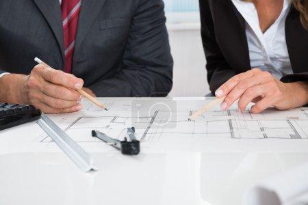 Photo pour Gros plan de deux architectes qui travaillent sur le plan directeur - image libre de droit