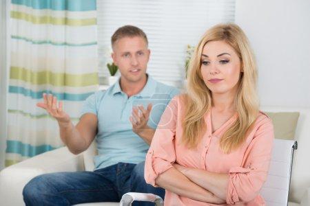 Photo pour Photo du jeune couple ayant des argument à la maison - image libre de droit