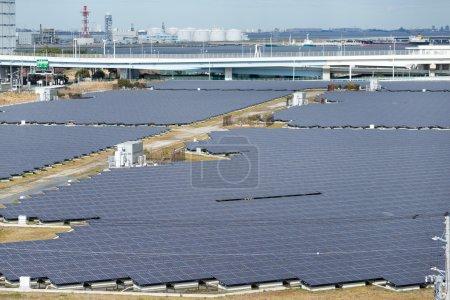 Foto de Modernos paneles solares para producción de energía eléctrica renovable - Imagen libre de derechos