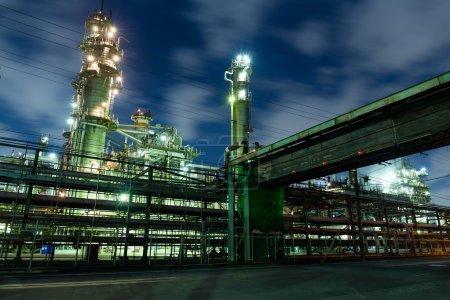 Photo pour Réseau complexe de tuyaux dans l'usine la nuit au Japon - image libre de droit