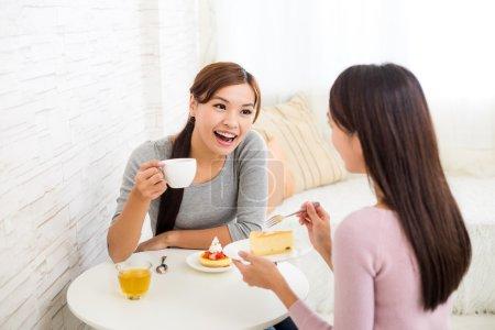 Photo pour Deux jeunes femmes asiatiques se parlent dans un café - image libre de droit